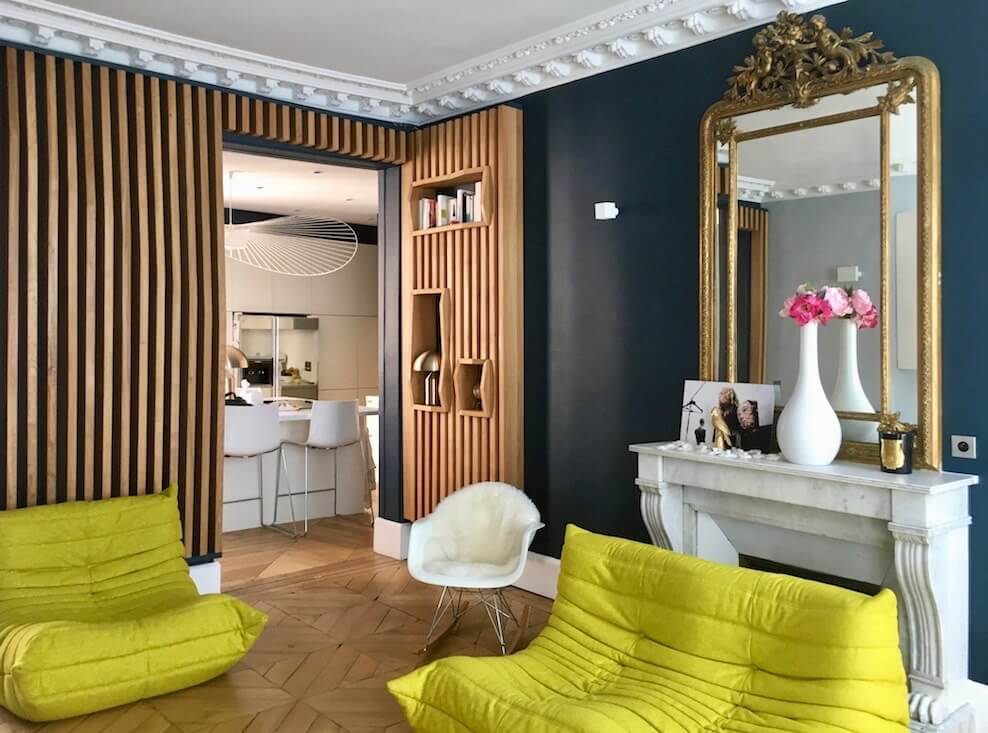 Salon contemporain d'un appartement haussmanien peint avec la peinture Hague Blue de Farrow and Ball